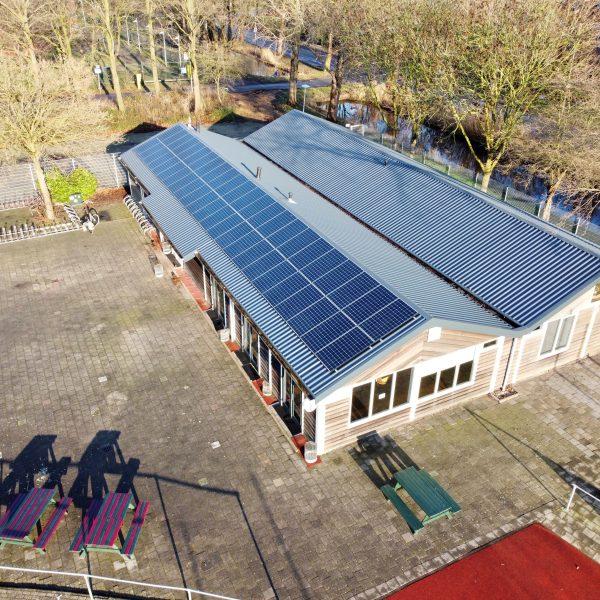 Zonnepanelen op sportclub dak